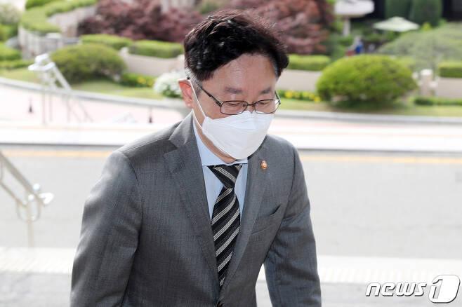 박범계 법무부 장관이 12일 오전 경기 과천 법무부 청사로 출근하고 있다. 2021.5.12/뉴스1 © News1 민경석 기자