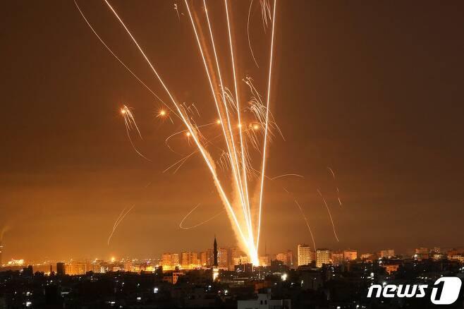 2021년 5월 14일 가자지구 북부의 베이트 라히아에서 이스라엘을 향해 발사되는 로켓포들 . 가자지구를 장악 중인 팔레스타인 무장 정파 하마스가 로켓포 공격을 재개하자 이스라엘군은 가자지구를 공습하고 추가 병력을 국경에 배치했다. 분쟁 나흘째인 이날 사망자 수는 100명을 넘어섰다. © AFP=뉴스1 © News1 최서윤 기자