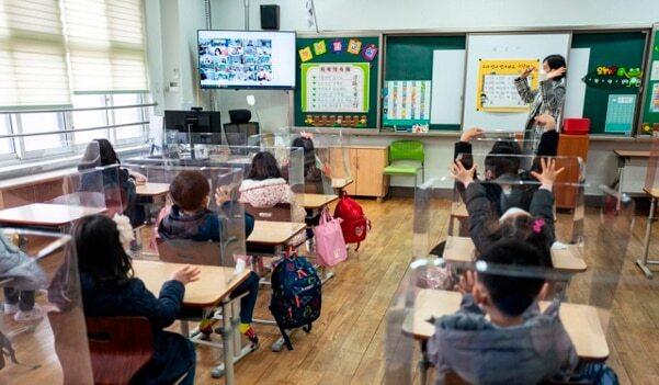 2021학년도 초·중·고교 신학기 첫 등교가 시작된 2일 오전 서울 강남구 포이초등학교에서 열린 개학식에서 학생들이 인사를 하고 있다.