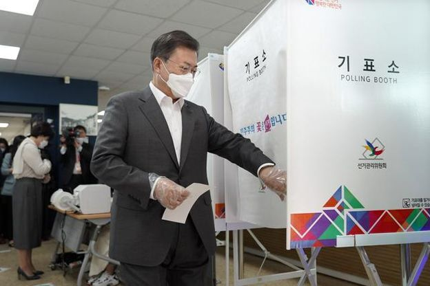 문재인 대통령이 지난 2일 오전 서울 종로구 삼청동 주민센터에 마련된 2021재·보궐선거 사전투표소에서 본인확인을 마치고 기표소로 들어가고 있다.