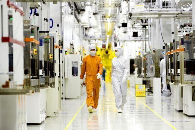 삼성전자 직원들이 클린룸 반도체 생산라인 사이를 걸어가고 있는 모습.(자료사진)ⓒ삼성전자
