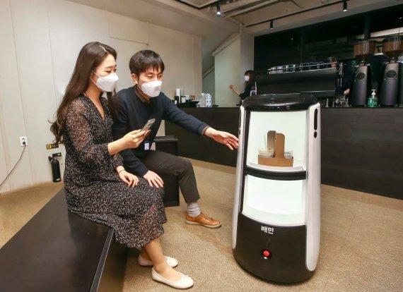 우아한형제들이 개발한 배달로봇 '딜리타워'의 커피 배달 시연 모습. 우아한형제들 제공