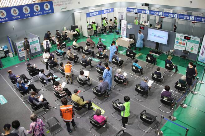 14일 오후 서울 서대문구 예방접종센터에서 접종을 마친 시민들이 관찰구역에 앉아 대기하고 있다. 연합뉴스