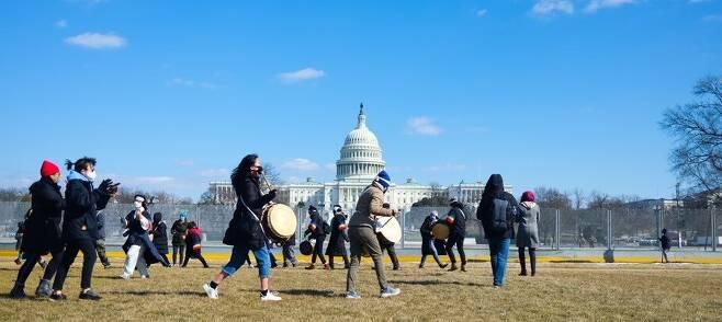 2021년 2월26일 정월대보름날에 재미 한인 활동가들이 워싱턴DC에 있는 미국 연방의회 앞에서 이민법 개혁을 축원하는 지신밟기 행사를 하고 있다.