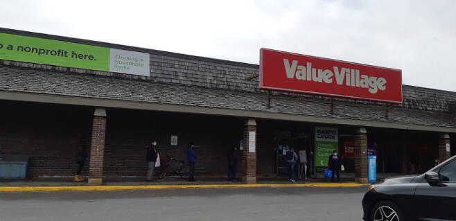 록다운 직전 중고 가게 '밸류빌리지' 앞에 줄을 선 사람들. 실내 인원을 제한하는 바람에 이렇게 줄을 서서 기다려야 했다. 그나마 지금은 록다운을 해서 아예 문을 닫았다.