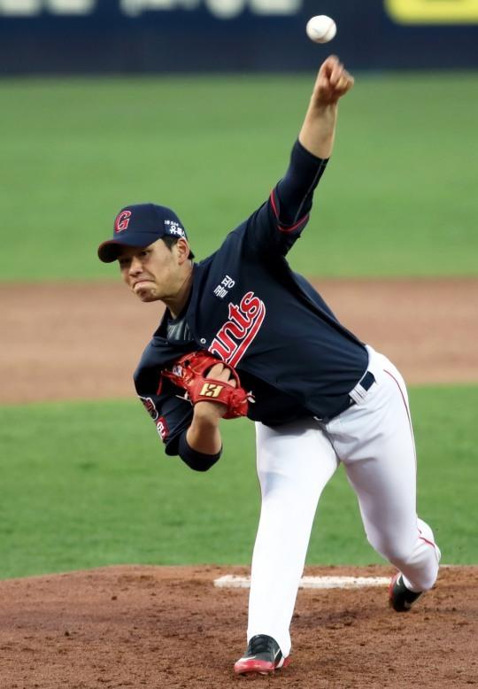 롯데 김진욱은 잘 던지다가 갑자기 난조에 빠지면서 선발 3게임에서 모두 5실점 이상을 해 2군으로 내려갔다.