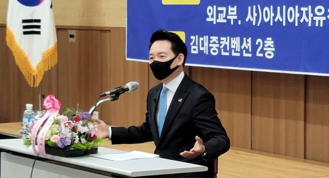 장성민 세계와동북아평화포럼 이사장이 14일 오전 광주 김대중컨벤션센터에서 열린 광주 시민단체 초청 강연에서 발언하고 있다.