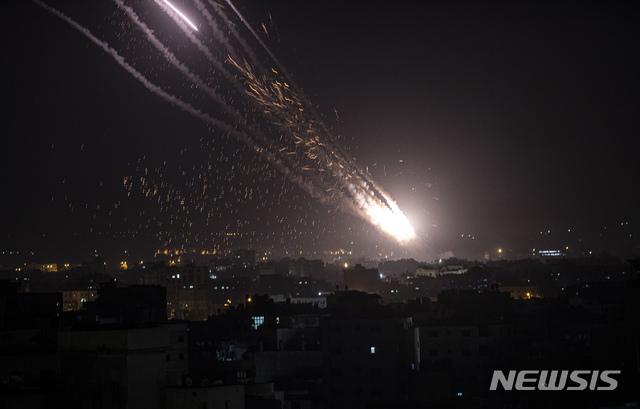 [예루살렘=AP/뉴시스]10일(현지시간) 무장 정파 하마스가 가자 지구에서 발사한 로켓탄이 이스라엘을 향하고 있다. '예루살렘의 날'인 이날 하마스는 이스라엘에 로켓탄 여러 발을 발사했고 이스라엘은 가자 지구에 보복 공습을 단행했다. 2021.05.11.