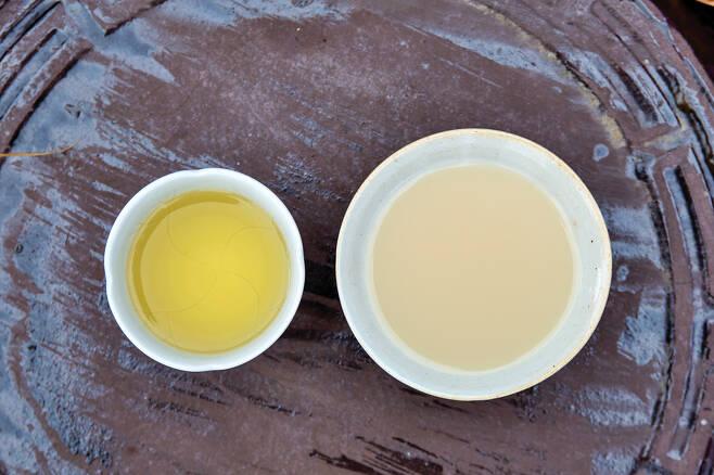 황금빛을 내는 약주인 풍정사계 춘(오른쪽)과 탁주인 풍정사계 추.