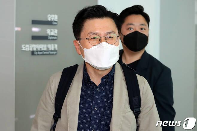 황교안 전 미래통합당(현 국민의힘) 대표가 5일 오전 인천국제공항을 통해 출국하고 있다. 2021.5.5/뉴스1 © News1 황기선 기자