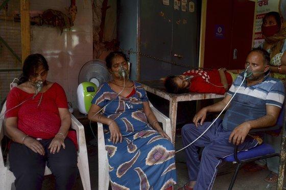 인도 뉴델리에서 코로나19 감염자들이 의료용 산소 치료를 받고 있다. 인도에선 병상과 의료용 산소 부족으로 코로나19 환자들이 어려움을 겪고 있다[AP=연합뉴스]