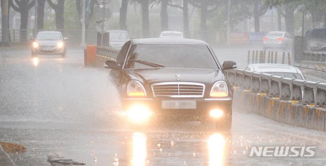 [전주=뉴시스]김얼 기자 = 전북지역에 새벽부터 비가 내리기 시작한 지난 11일 전주시 덕진구 전주천서로에서 운전자들이 빗물에 잠긴 도로를 지나고 있다. 2021.05.11. pmkeul@newsis.com
