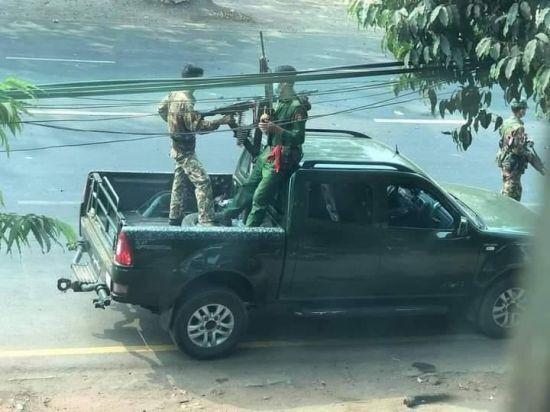 차량에 기관총을 장착한 미얀마 군인들. [사진=미얀마 나우 캡처] [이미지출처=연합뉴스]