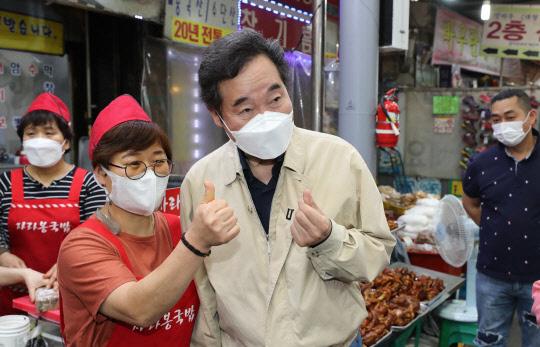 민주당 대선주자인 이낙연 전 대표가 지난 14일 광주 북구 말바우시장에서 상인과 시민들을 만나고 있다. 연합뉴스