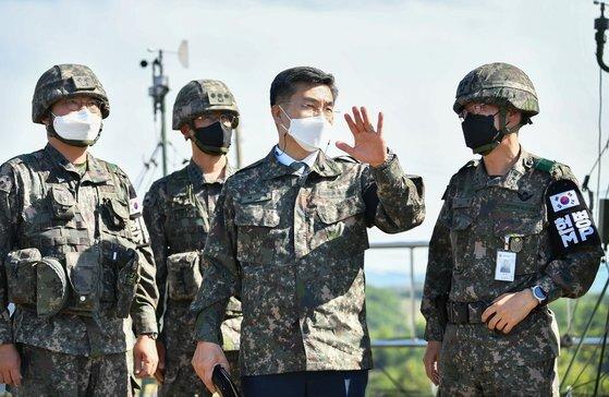 지난 11일 서욱 국방부 장관(오른쪽 두 번째)이 GOP부대를 방문해 부대 여건과 대비태세를 점검하고 있다. 사진 국방부.