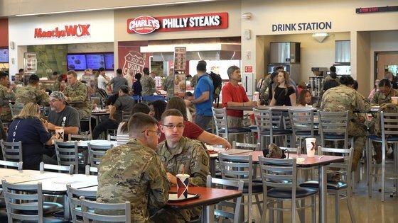 미군 장병은 부대에 입점한 치킨ㆍ타코ㆍ피자 등 외식 매장에서 각자 원하는 음식을 구매한 뒤 둘러 않아 자유롭게 식사했다. [중앙포토]
