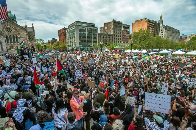 15일 미국 메사츠세츠주 보스턴 코플리 광장에서 열린 팔레스타인 지지 시위에 수천명이 참가했다. AFP=연합뉴스
