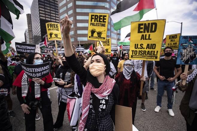 LA에서 열린 팔레스타인 지지 집회에 참석자들이 미국의 이스라엘에 대한 지원을 중단할 것을 요구하는 피켓을 들고 있다. EPA=연합뉴스