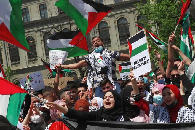 루마니아 부카레스트에서도 15일 팔레스타인 지지 집회가 열렸다. 대학광장에서 열린 집회 참석자들이 팔레스타인 깃발을 흔들고 있다. EPA=연합뉴스