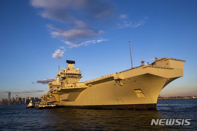 【뉴욕=AP/뉴시스】11일(현지시간) 개빈 윌리엄슨 영국 국방장관은 자국 항공모함 '퀸 엘리자베스'호를 영유권 분쟁 남중국해에 파견하겠다고 밝혔다. 작년 10월20일 '퀸 엘리자베스'호가 뉴욕만 인근 해상에서 항행하고 있다. 2019.02.12
