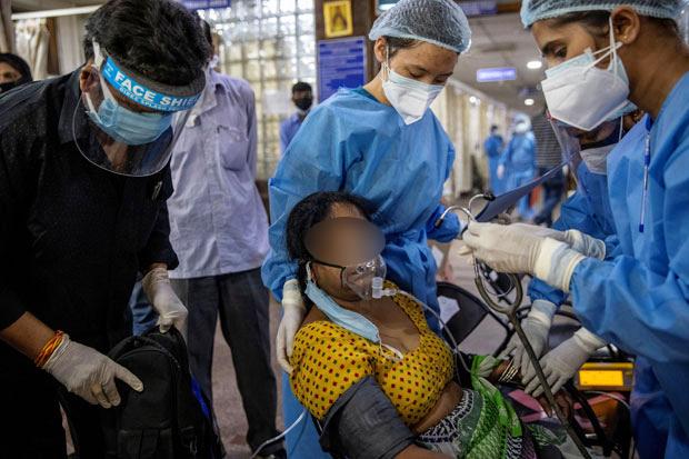 29일(현지시간) 인도 뉴델리의 한 병원 응급실에서 코로나19 환자가 치료를 받고 있다./로이터 연합뉴스(기사 내용과 무관함)