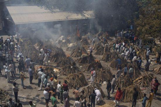 인도 수도 뉴델리의 노천 화장장에서 지난달 24일 코로나19 사망자 시신을 화장하는 모습. [이미지출처=연합뉴스]