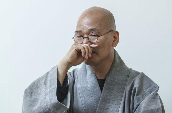 인터뷰를 하다가 덕조 스님이 은사인 법정 스님이 이야기를 하다가 말문을 잃고 먹먹해하고 있다.