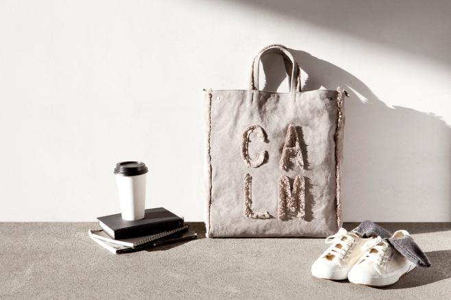 출처: 필기의 시그니처 가방으로 캔버스의 빈티지한 느낌을 살리고, 그 위에 '기록하다.'라는 뜻의 브랜드 이름이 가진 느낌을 살리기 위해 큼직한 글씨를 넣었다_출처: <1인 가게 사장입니다.>