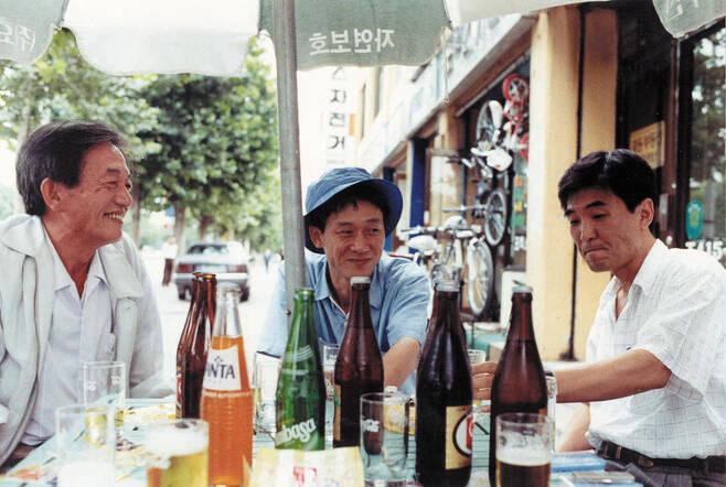 김민기(가운데)가 1991년 '겨레의 노래' 공연 직후 서울 잠실에서 장일순(왼쪽), 김지하(오른쪽)와 함께 술자리를 하고 있다. 극단 학전 제공