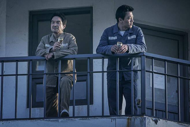출처: 한석규, 김래원 주연의 <프리즌>은 감옥 속에서 세상을 주무르는 기이한 범죄자들의 이야기다. 한석규와 김래원의 카리스마가 극의 긴장을 팽팽히 당긴다. 사진 쇼박스