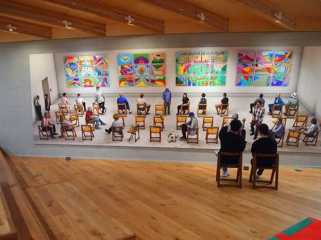 출처: 구하우스에서 '전람회의 그림'을 감상하고 있는 관람객의 모습.   사진제공 구하우스