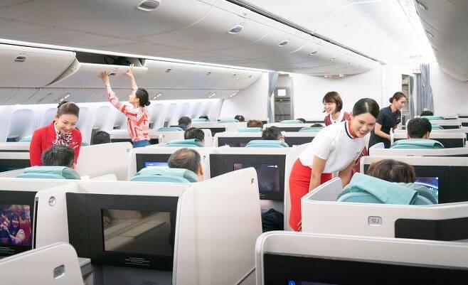 출처: 창사 50주년 기념 항공기인 KE683편에서 객실승무원들이 역대 유니폼을 입고 기내 서비스를 하는 모습