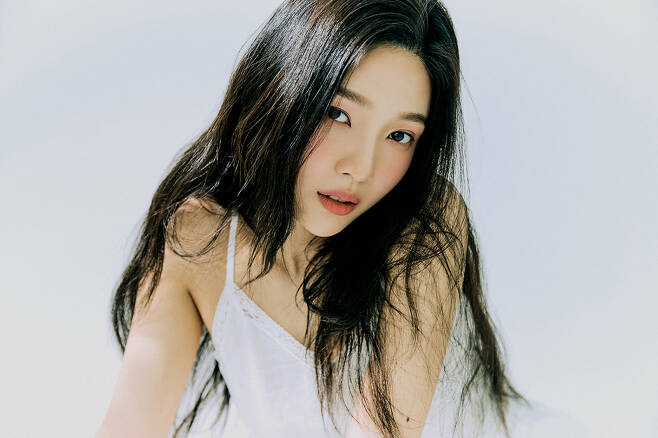 Girl group Red Velvet member Joy tells Sensibility vocal charm with Remake song Day By Day (Day by Day).Joy special album Hello will be released on the main music site at 6 p.m. on the 31st.The album contains six Remake songs re-created in Joys color, including the same title song Hello.Day By Day on this album is a medium tempo R & B ballad song that stimulates Sensibility with a groovy bass rhythm and lyrical EP sound.The female duo aswon remakes the song of the same name released in 1999, and Joys mature vocals, which delicately express his desire to approach the person who has kept his side for a long time, are outstanding.Copyrightsc (https://star. mt. co