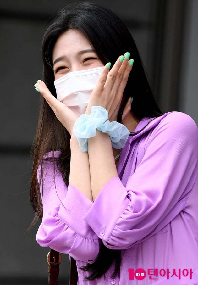Group Red Velvet Joy is on his way to work to attend the recording of Yoo Hee-yeols Sketchbook held at KBS in Yeouido, Yeongdeungpo-gu, Seoul on the afternoon of the 1st.