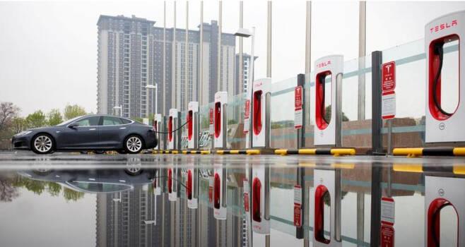 테슬라 차량이 중국 베이징에서 충전을 하고 있다. [로이터]