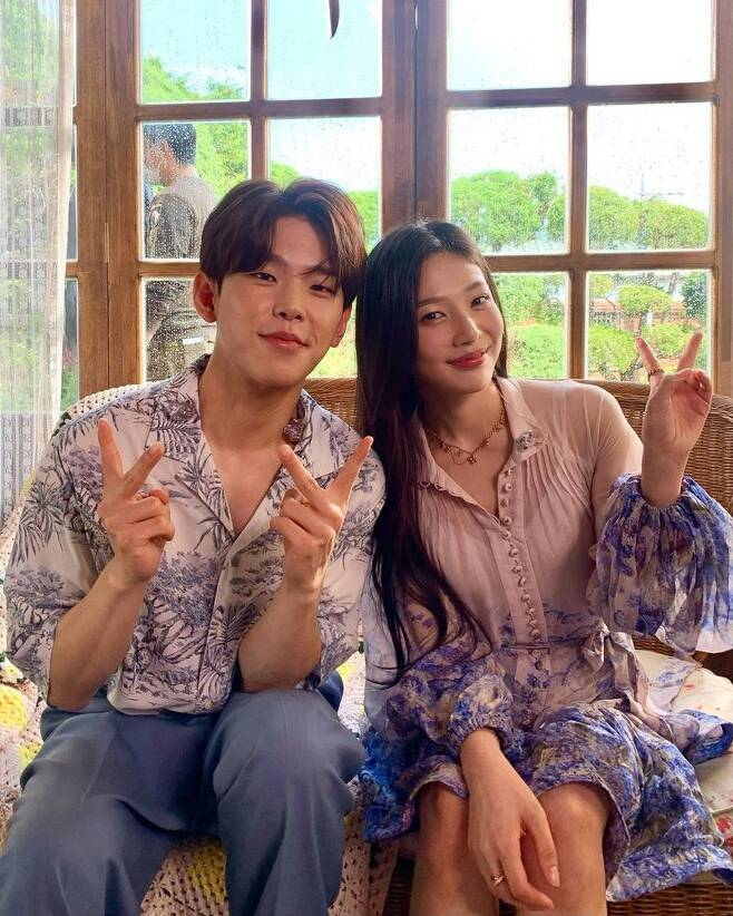 This is heaven.Group Red Velvet Joy shows singer Paul Kim and Celebratory photoleft behind.Joy wrote on his Instagram account on June 7, Its really... Like Heaven... to hear Paul Kim right next to you.and posted several photos.In the photo, Joe and Paul Kim are in a friendly atmosphere, such as head-to-head or V-posing,The atmosphere of the two lovely people, which is warmed by the sight, catches the eye.Earlier, Joy released a duet live clip with Paul Kim on the official Red Velvet YouTube channel.Meanwhile, Joy released his special solo album Hello (HELLO) on May 31.