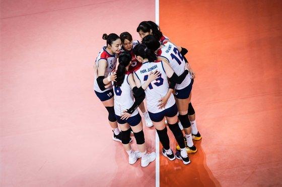 8일 열린 미국과 VNL 예선 8차전에 나선 여자배구 대표팀. [사진 국제배구연맹]