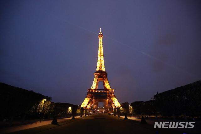 [파리=AP/뉴시스] 지난달 25일(현지시간) 촬영한 프랑스 파리 에펠탑 야경. 2021.06.08.