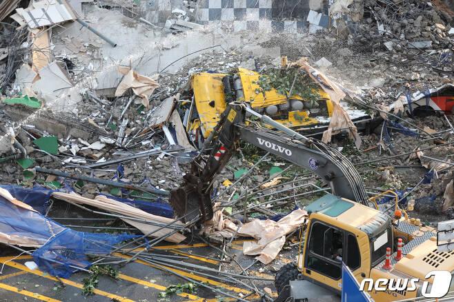 9일 오후 4시22분쯤 광주 동구 학동 재개발지역에서 철거 중이던 5층 건물 1동이 무너져 도로를 달리던 시내버스를 덮치는 사고가 발생했다. 119 구조대가 사고 현장에서 구조 작업을 벌이고 있는 가운데 처참하게 찌그러진 시내버스가 모습을 드러내고 있다. 2021.6.9/뉴스1 © News1 황희규 기자