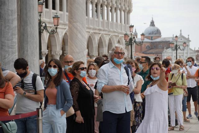 이탈리아의 베네치아가 코로나19 확산 위험이 낮은 '화이트존'으로 분류되면서 제한조치가 완화된 7일 관광객들이 산 마르코 대성당 앞에서 줄지어 입장 순서를 기다리고 있다. 베네치아=EPA 연합뉴스