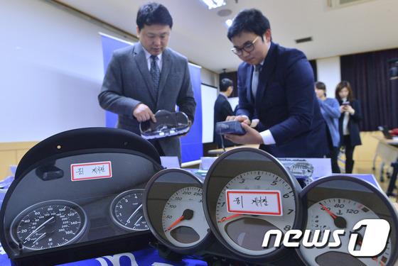 서울 송파경찰서에서 경찰이 자동차 계기판 조작 증거품을 살펴보고 있다.2016.1.19/뉴스1 © News1 신웅수 기자