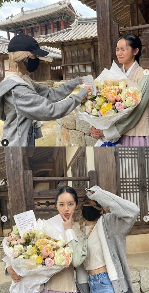 Actor Hyeri has unveiled his warm friendship with BLACKPINK Rosé.On the afternoon of the 10th, Hyeri posted a picture and a picture on his instagram saying, I can not help but love you.You came with a big bouquet of flowers and a birthday song, and thanks for the explosion, I really appreciate it, he said.Inside the photo is a picture of Rosé, who is wearing a hanbok, with a mask and a hat covering his face and gifting a bouquet of flowers.The two people in another photo boasted a beautiful beauty and added warmth.Rosé responded with a sense of flower delivery in a comment.