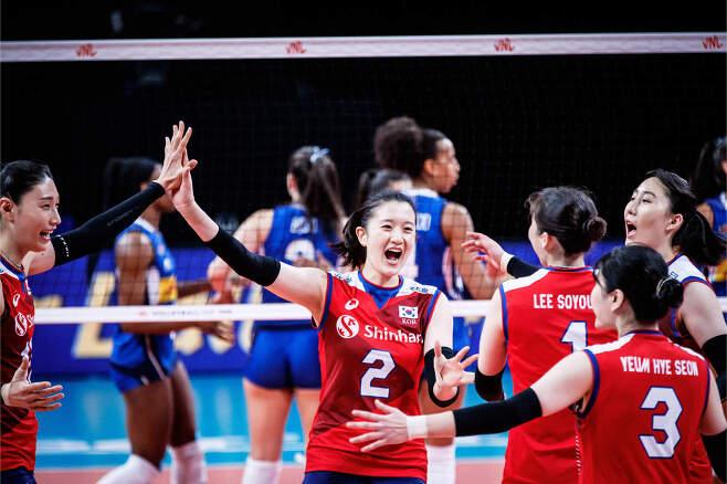 VNL에 출전하고 있는 여자배구대표팀.  (국제배구연맹 홈페이지). © 뉴스1