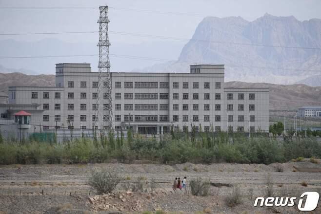 중국 신장에 위치한 위구루족 '재교육 캠프'로 불리는 수용소 전경. © AFP=뉴스1 © News1 정윤영 기자