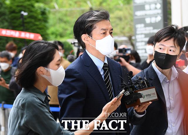 자녀 입시·사모펀드 비리와 유재수 전 부산시 경제부시장 감찰무마를 지시한 혐의로 기소된 조국 전 법무부장관이 11일 오전 서울 서초구 서울중앙지방법원에서 열린 공판에 출석하고 있다. /이동률 기자