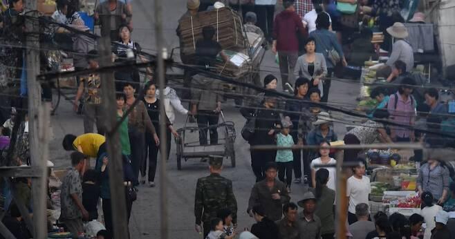 2019년 북한 양강도 혜산시의 한 장마당에서 주민들이 모여 장사를 하는 모습. 북한 주민들의 밥줄인 장마당은 북한 전역에 500여개 있는 것으로 추정된다. 북한의 2030들은 1990년대 중반 '고난의 행군' 이후 장마당을 통해 성장해 '장마당 세대'로 불린다./강동완 교수 제공