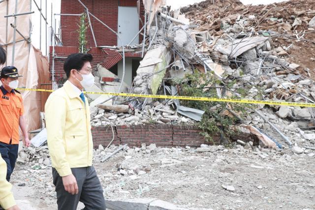 노형욱 국토교통부 장관이 10일 광주 동구 학동 철거 건축물 사고 현장을 살펴보고 있다. 국토교통부 제공