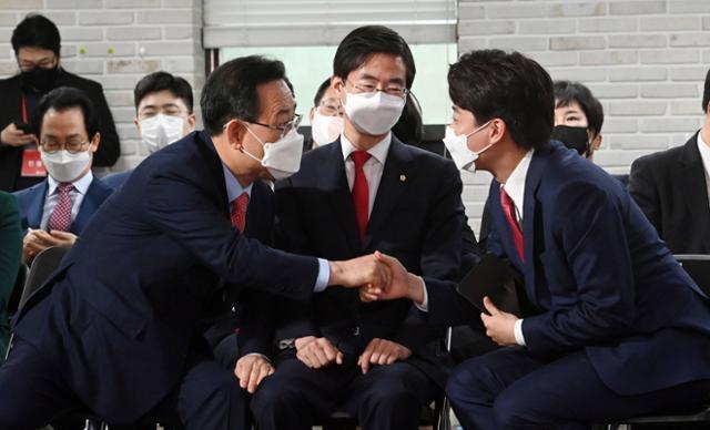 국민의힘 이준석 신임 당대표가 11일 서울 여의도 당사에서 열린 전당대회에서 주호영 의원과 인사를 나누고 있다. 뉴시스