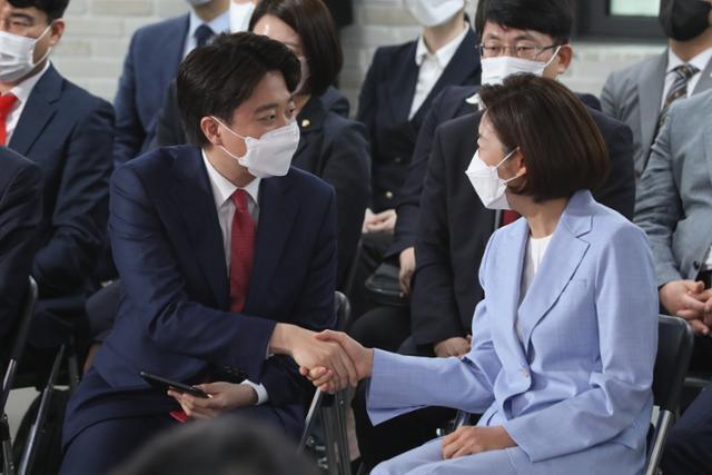 국민의힘 대표에 선출된 이준석(왼쪽) 후보가 11일 오전 서울 영등포구 여의도동 국민의힘 당사에서 열린 전당대회에서 당선자 지명 후 나경원 후보의 축하를 받고 있다. 오대근 기자
