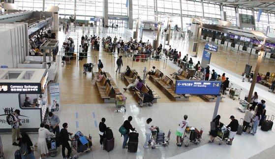 여행객들이 11일 오후 인천국제공항 제1터미널에서 출국하기 위해 줄을 서 있다. 뉴스1